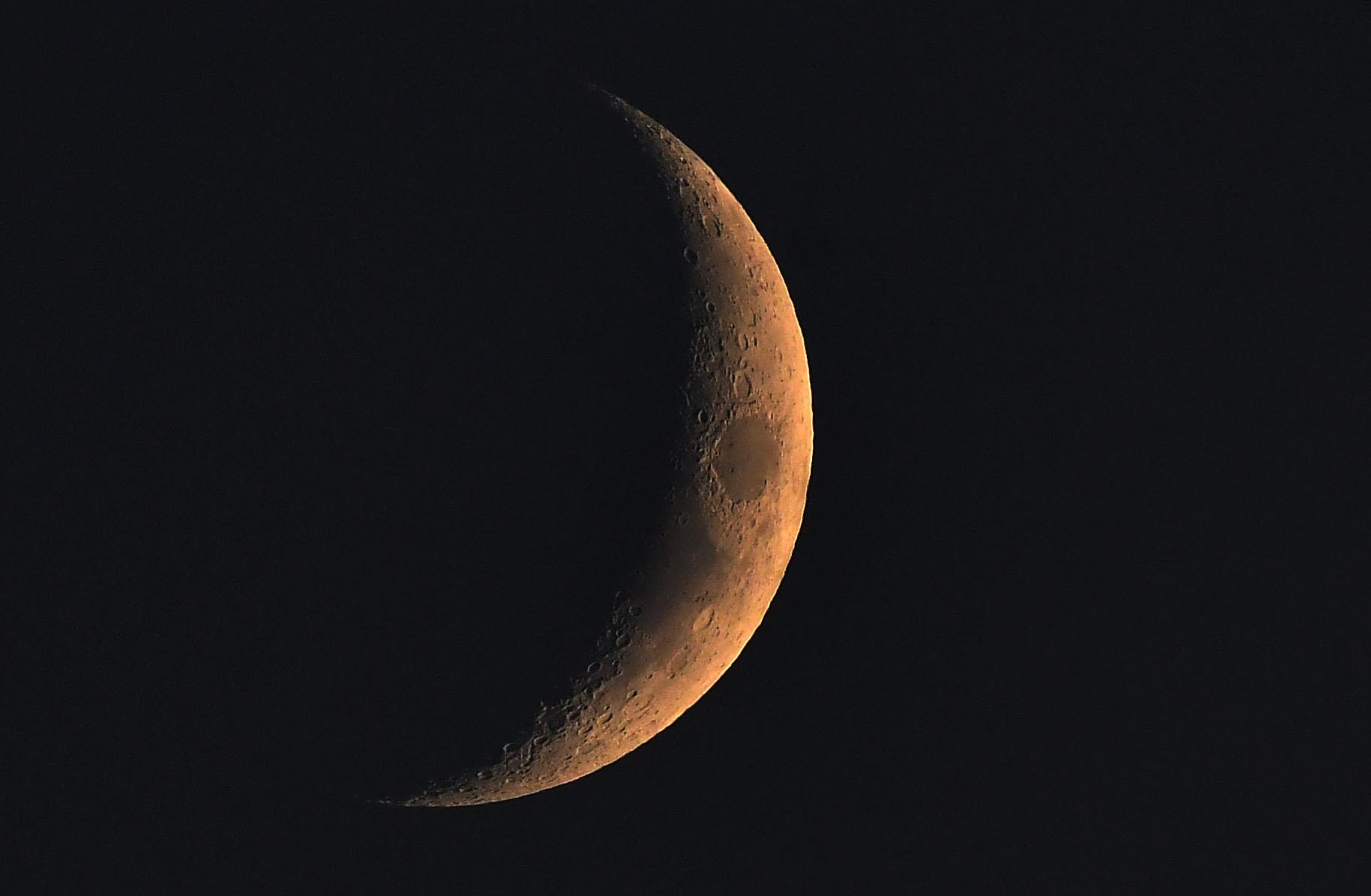 Een wassende maan weer zichtbaar aan een heldere avondhemel - Foto: ©Louis Fraanje