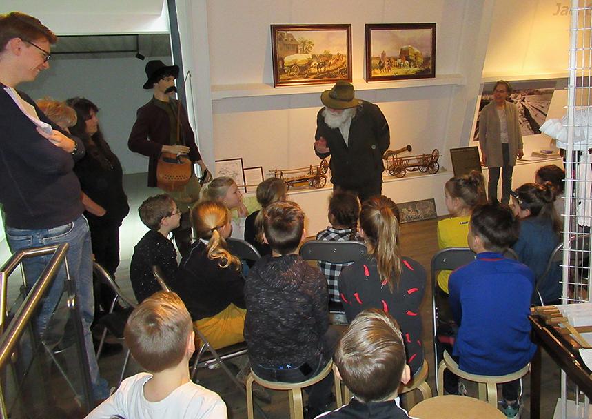 Louis Fraanje vertelt het prachtige verhaal over de Hessenwegen aan de kinderen - Foto: Jac. Gazenbeekstichting