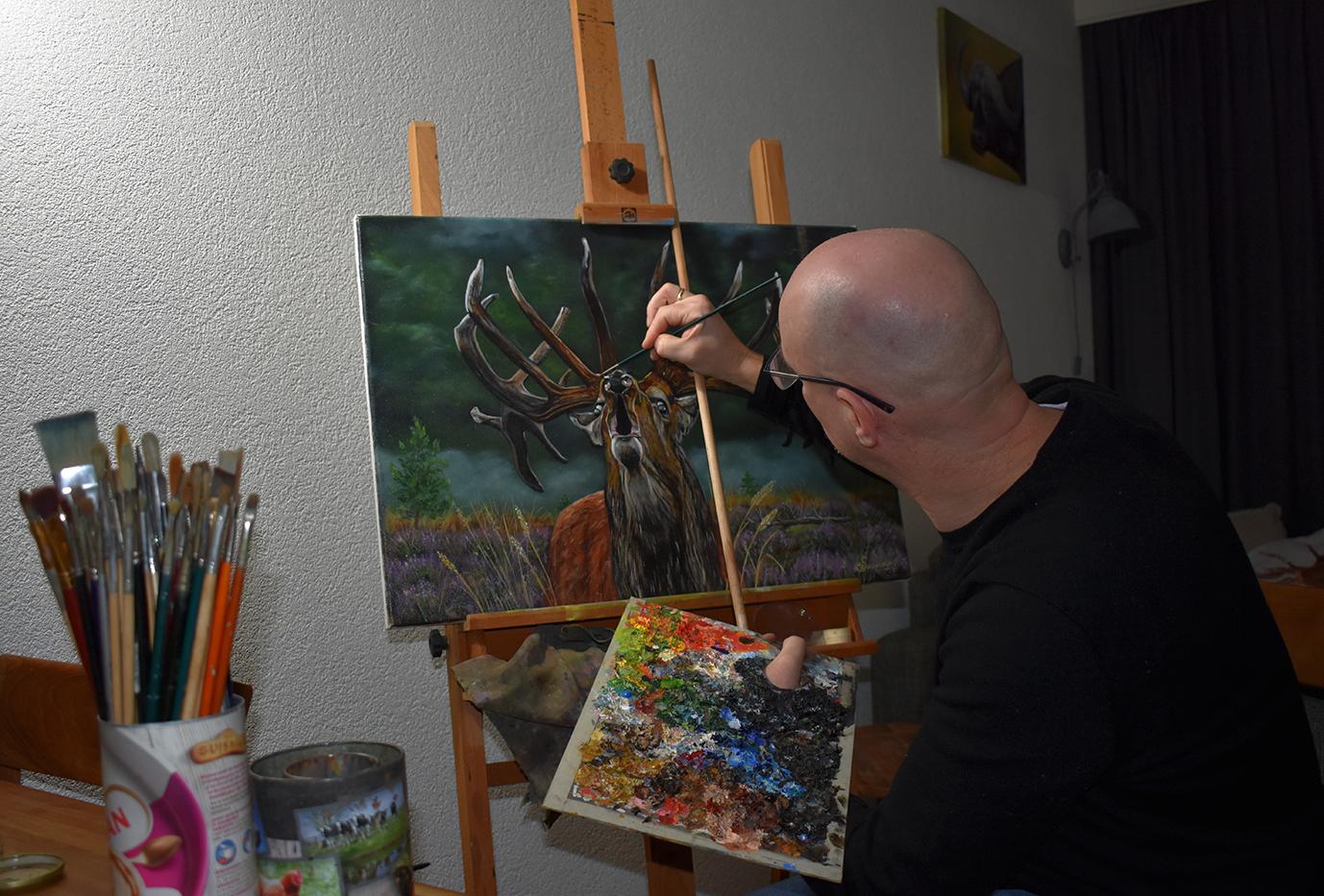 Willem Souverijn laat even zien hoe hij zo'n prachtig hert aan het doek toevertrouwd - Foto: ©Louis Fraanje
