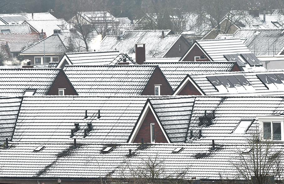 Witte daken in Ede Zuid, op de zonnecollectoren is het al bijna weg. - Foto: ©Louis Fraanje