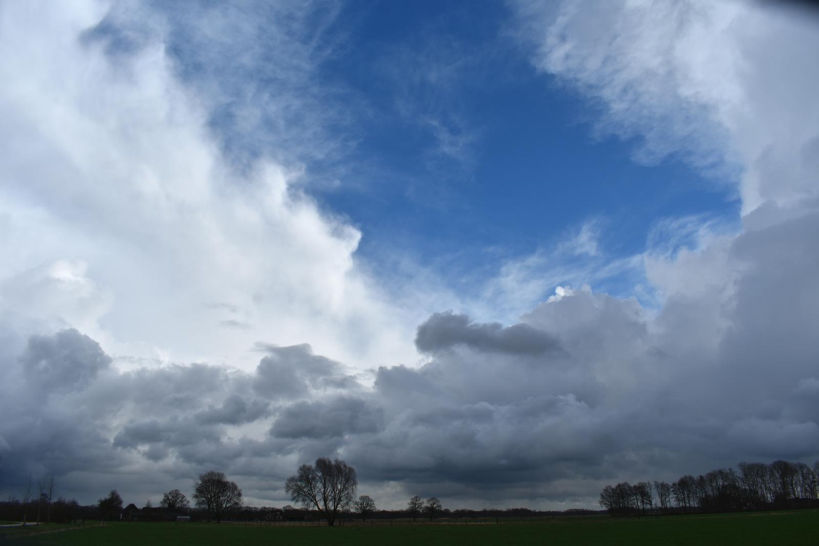 De sterke wind joeg de wolken voor zich uit langs de hemel - Foto: ©Louis Fraanje