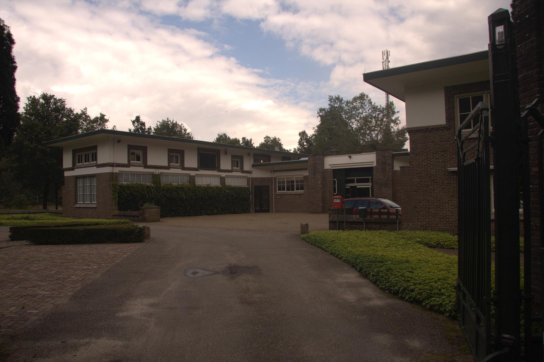 Het Dienstgebouw van De Hoge Veluwe omvat kantoorruimte (links) en woonruimte (rechts) – foto: Yvonne Arentzen