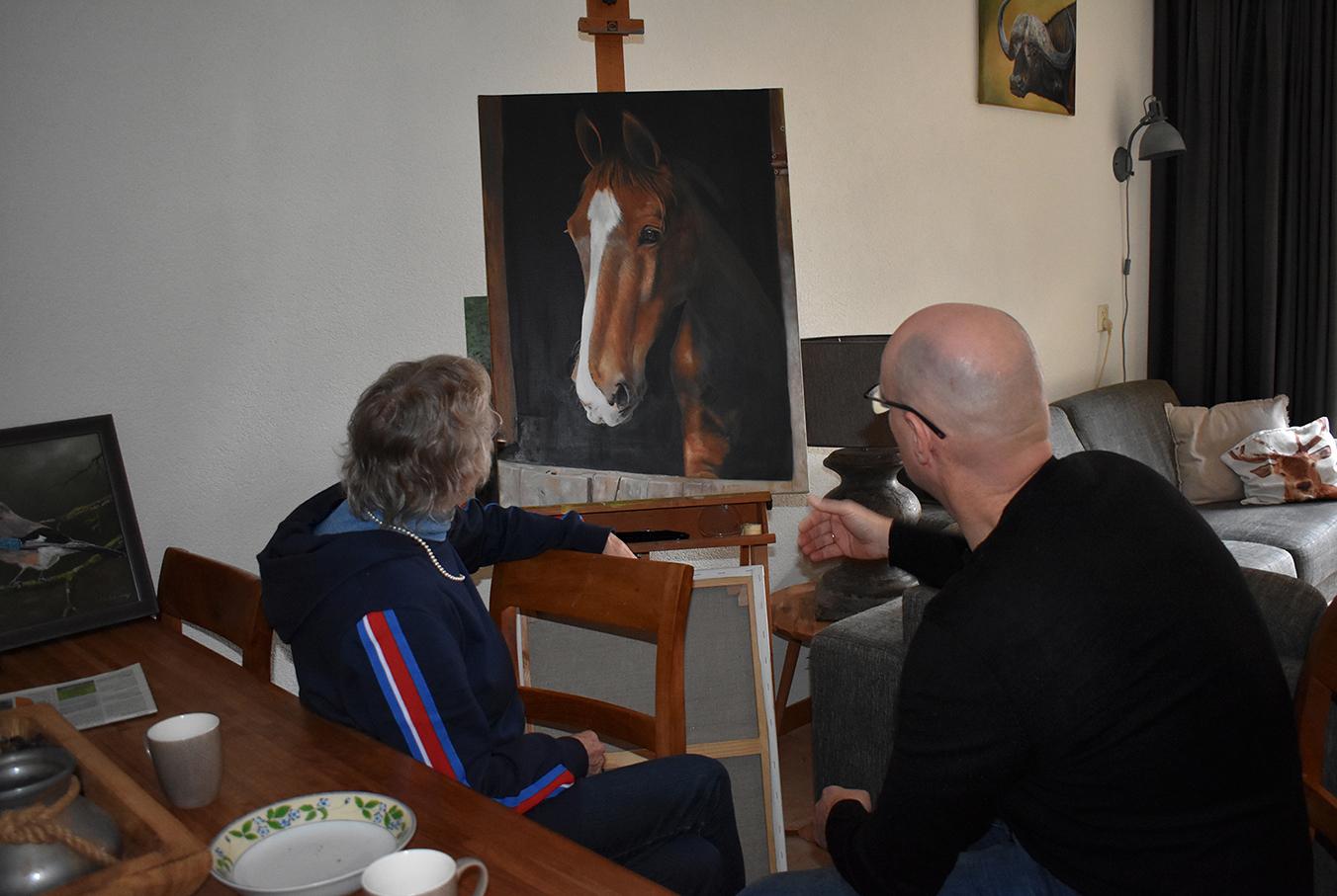 Ook Fransien is zeer onder de indruk van Willem Souverijn zijn schilderkunst - Foto: ©Louis Fraanje