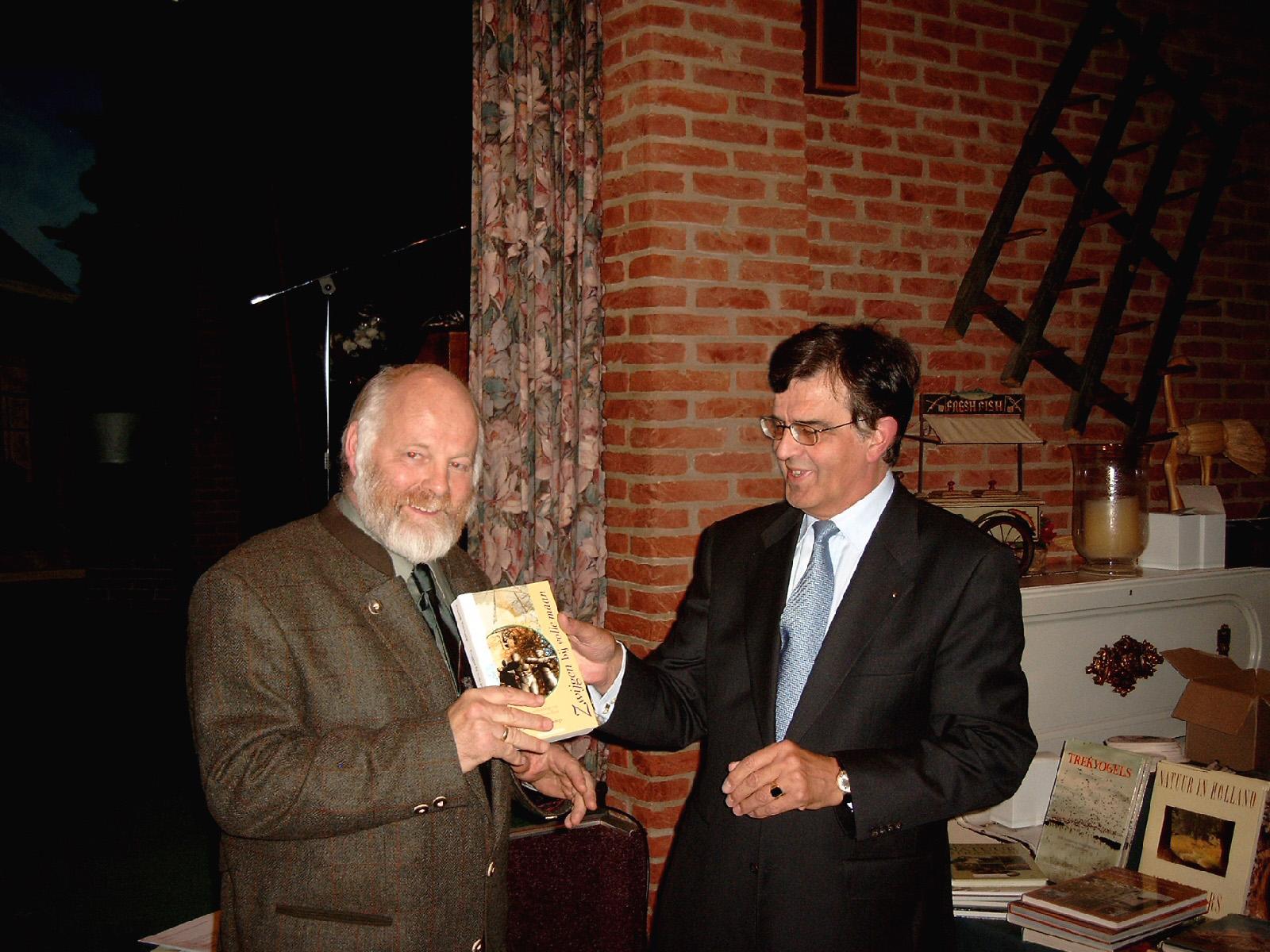 """De overhandiging van het boek """"Zwijgen bij volle maan"""" op vrijdag 17 oktober 2003 - Foto: Jac. Gazenbeekstichting"""