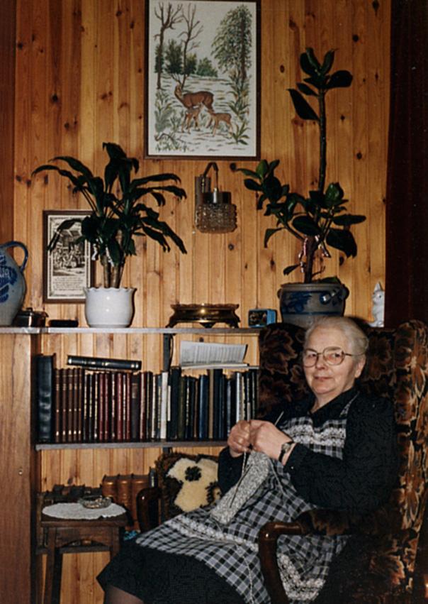 Moeder Fraanje met haar breiwerk in de huiskamer - Foto: ©Archief Louis Fraanje