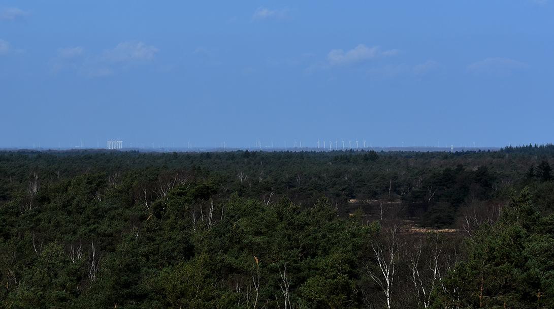 Uitzicht in de richting van de Flevopolder, erg mooi natuurlijk... alleen die windmolens? - Foto: ©Louis Fraanje