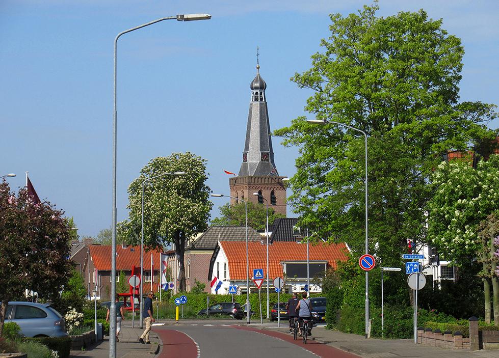 De Barneveldse toren vanaf de Amersfoortsestraat gezien, jammer van al die hoge lantaarnpalen... - Foto:© Louis Fraanje