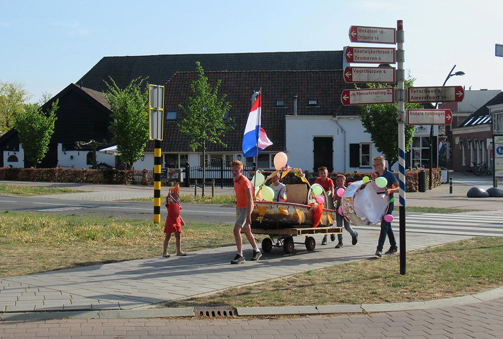 De mini-optocht in het centrum van Barneveld - Foto:© Louis Fraanje