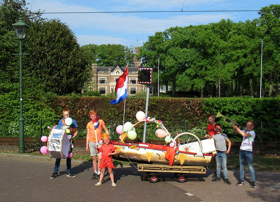De bonte stoet met op de achtergrond Kasteel De Schaffelaar in Barneveld - Foto:© Louis Fraanje
