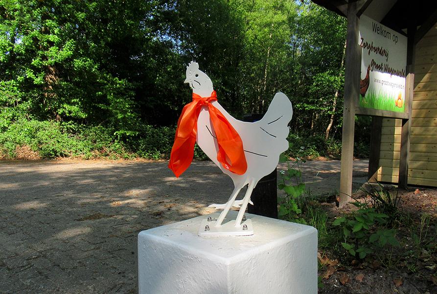 Eén van de vier versierde kippen bij de ingang van Zorgboerderij Groot Wagensveld - Foto:©Fransien Fraanje