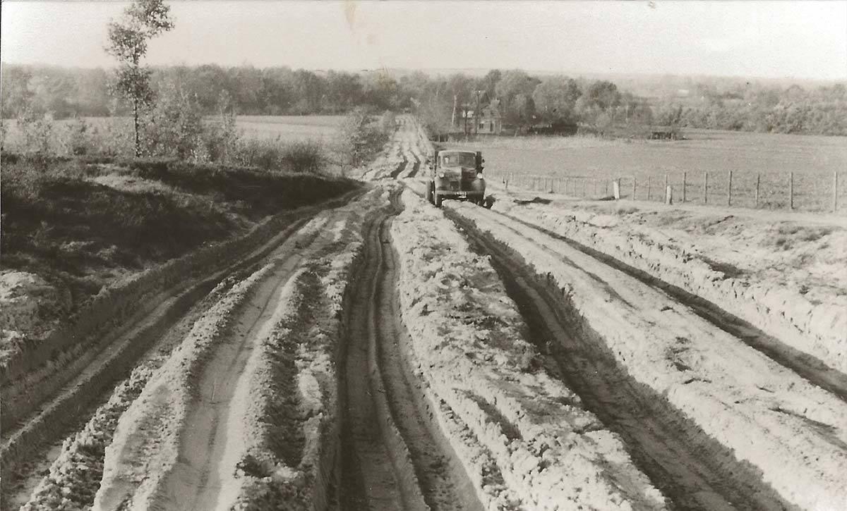 De oude Hessenweg in de jaren '50 nog een onverharde zandweg - Foto: Jac. Gazenbeek