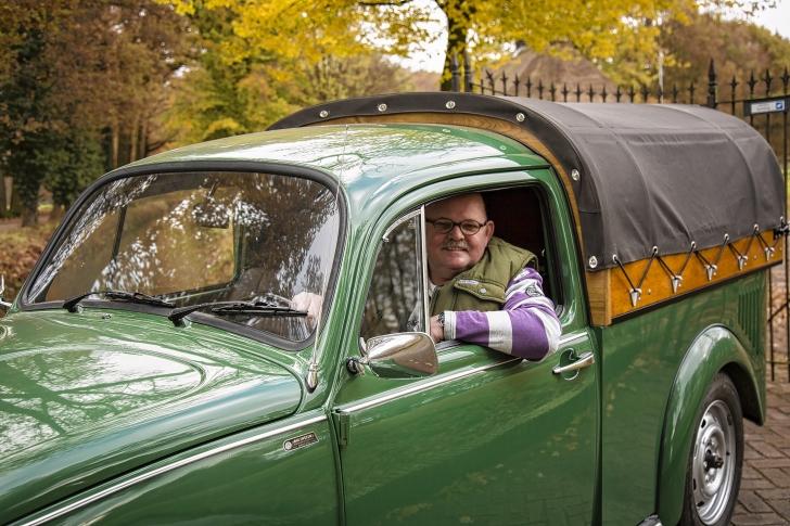 Joop Brons achter het stuur van zijn schitterend verbouwde VW-kever - Foto: Buro Beeldend