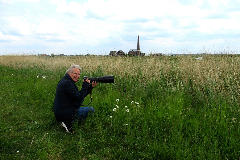 Fransien met haar camera in de aanslag om diverse vogels te observeren en eventueel ook vast te leggen - Foto: © Louis Fraanje