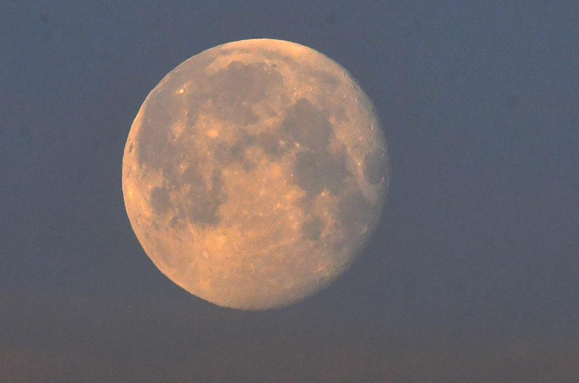 Vanmorgen om 06.05 uur stond de maan nog goed zichtbaar aan de hemel. - Foto: © Louis Fraanje