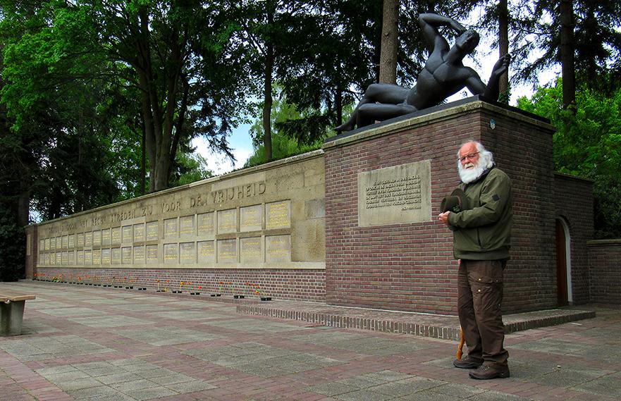 Louis eert op zijn manier onze vrijheidsstrijders bij het Mausoleum in Ede - Foto: ©Fransien Fraanje