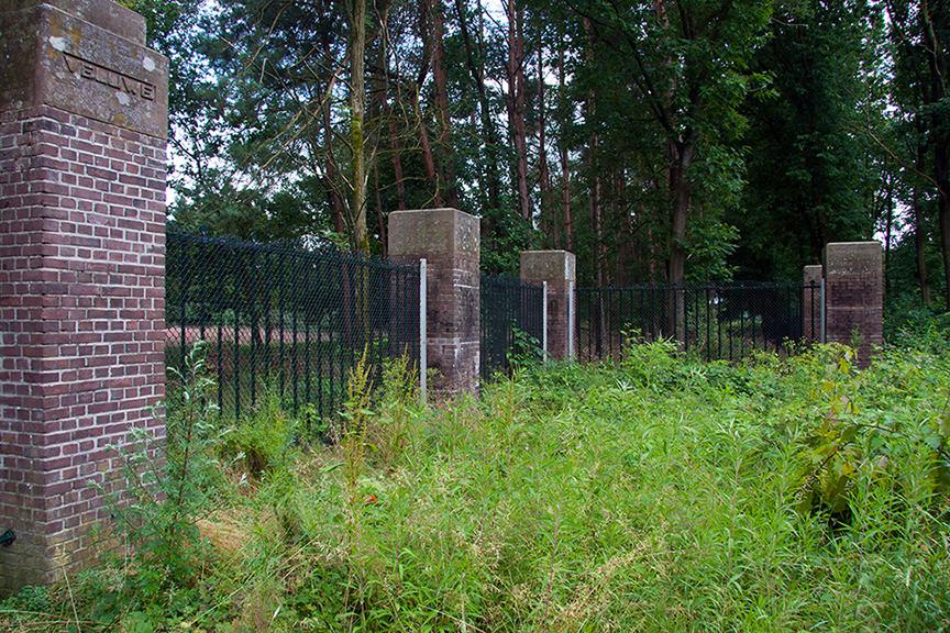 Rondom De Hoge Veluwe staat een hoog hek - foto: Yvonne Arentzen