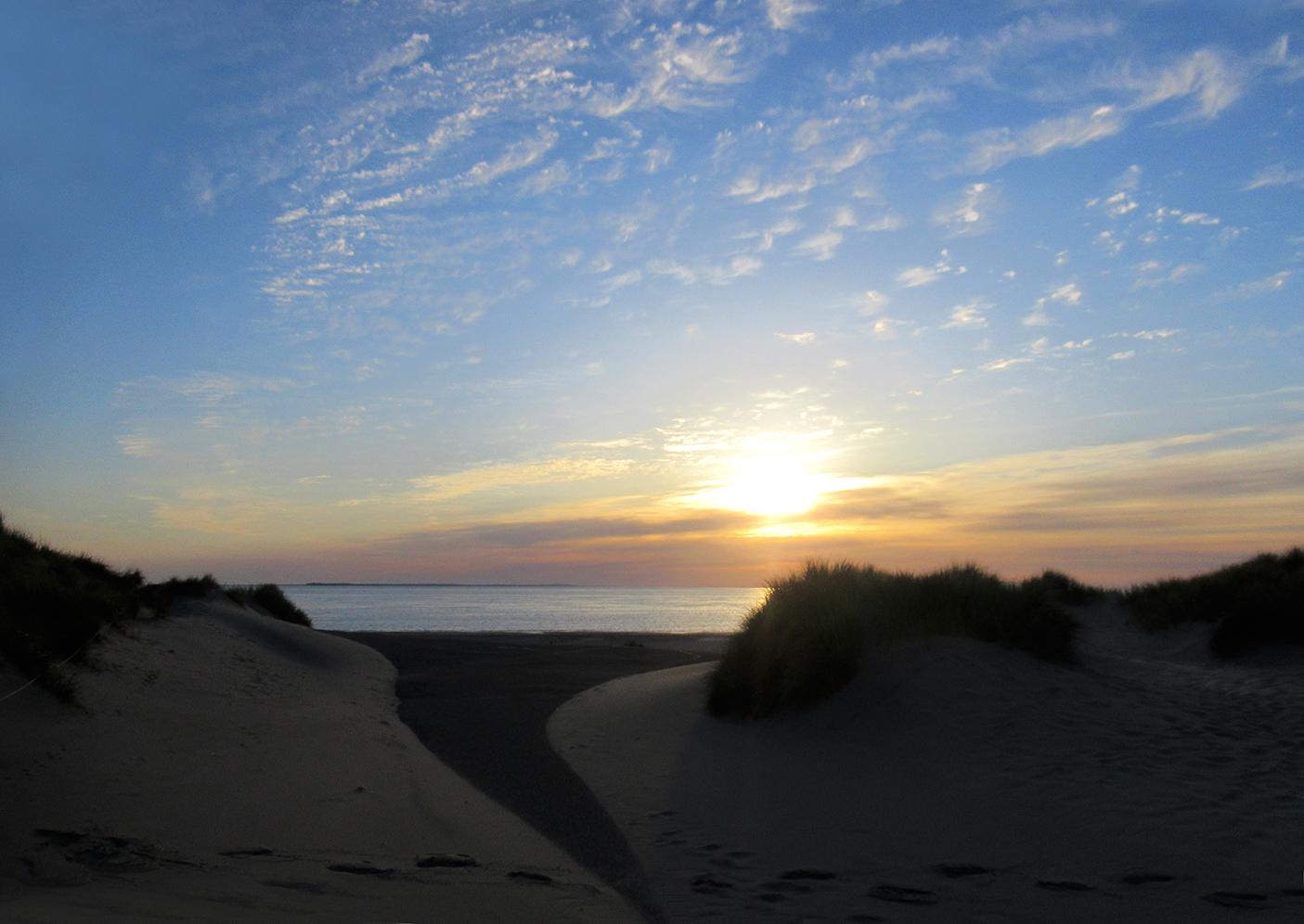 Ochtendstemming aan zee vanuit de duinen op Texel richting Vlieland en Terschelling – Foto: ©Louis Fraanje