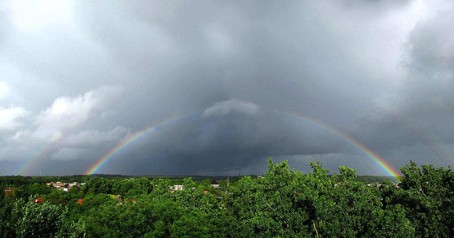 Ineens de regenboog haarscherp tevoorschijn boven de horizon in Ede-Zuid - Foto: ©Louis Fraanje