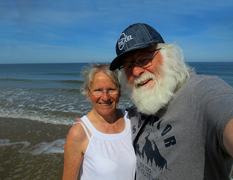 Genieten van zon, zee en strand bij de vloedlijn op Texel - Foto: ©Eigen opname Fransien en Louis Fraanje