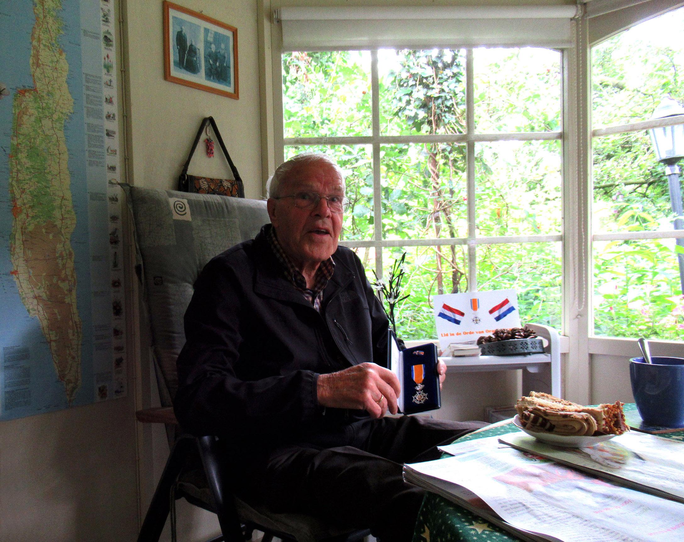 Natuurkenner Gerrit de Graaf met zijn koninklijke onderscheiding – Foto: ©Louis Fraanje