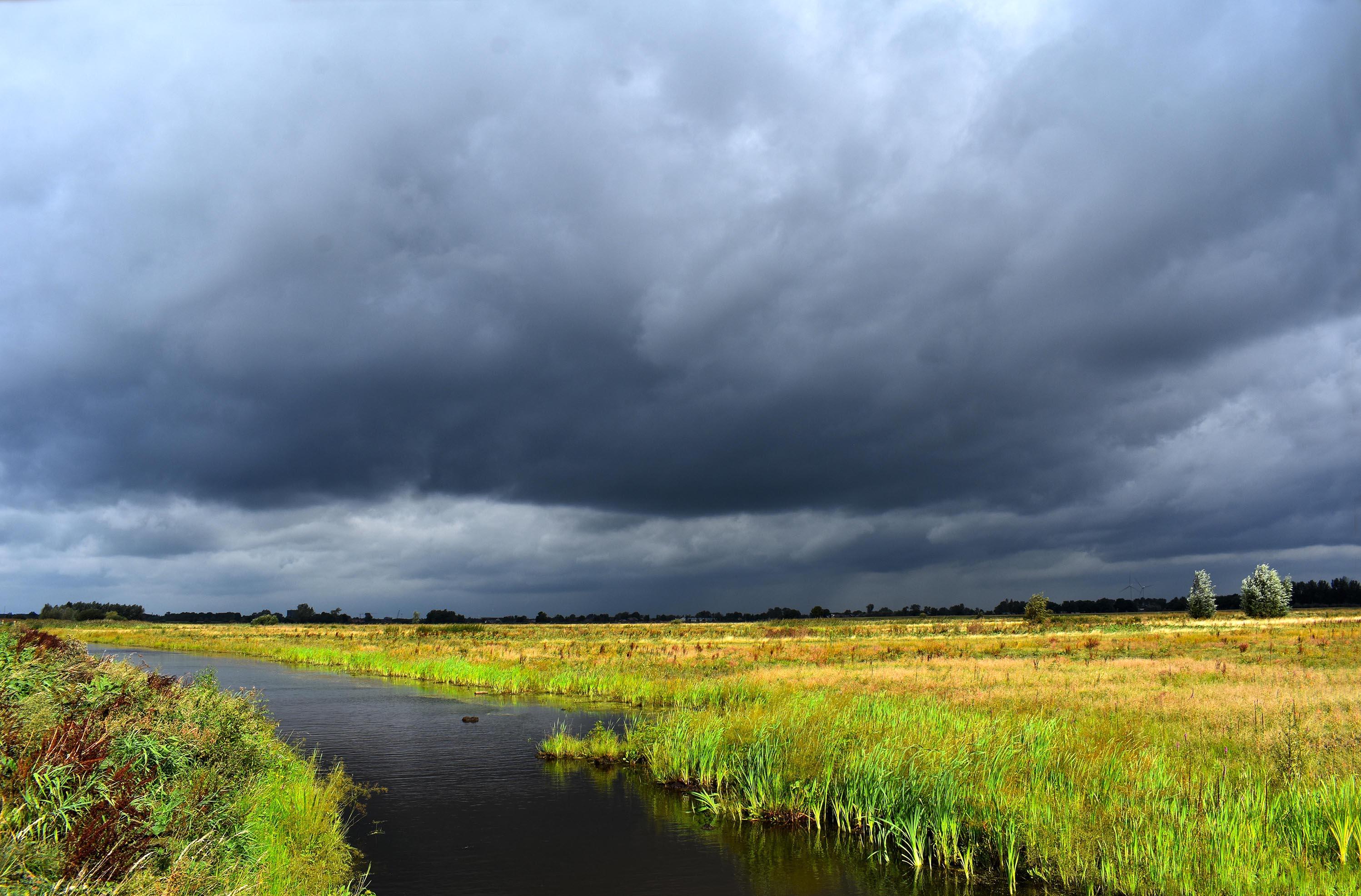 Donkere wolken boven het Binnenveld - Foto: ©Louis Fraanje