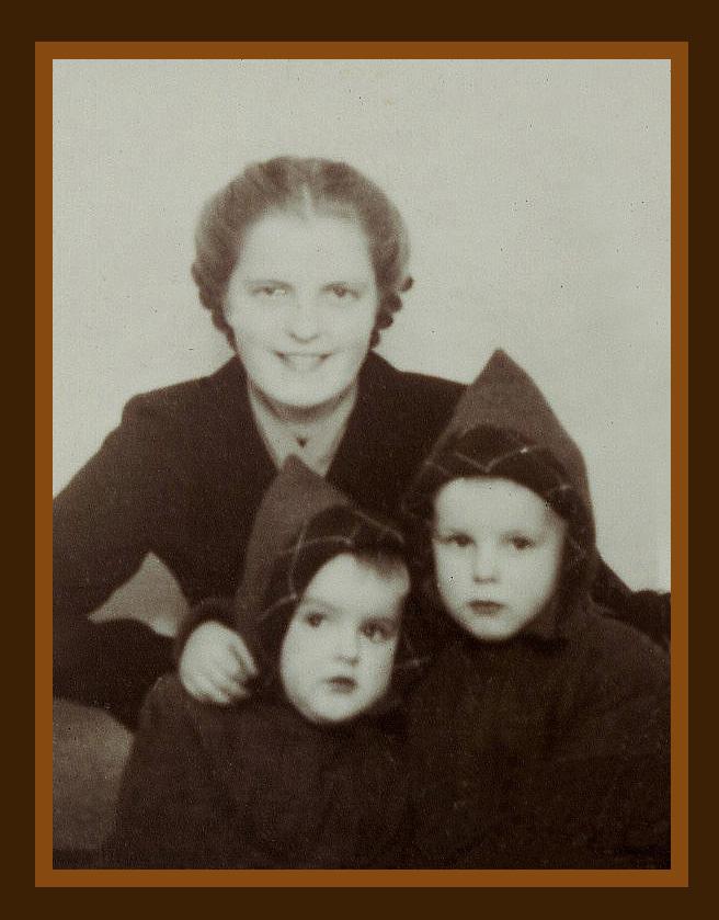Oudste zus Hennie met broertjes Gert en Louis Fraanje omstreeks 1953 - Foto: ©Archief Louis Fraanje