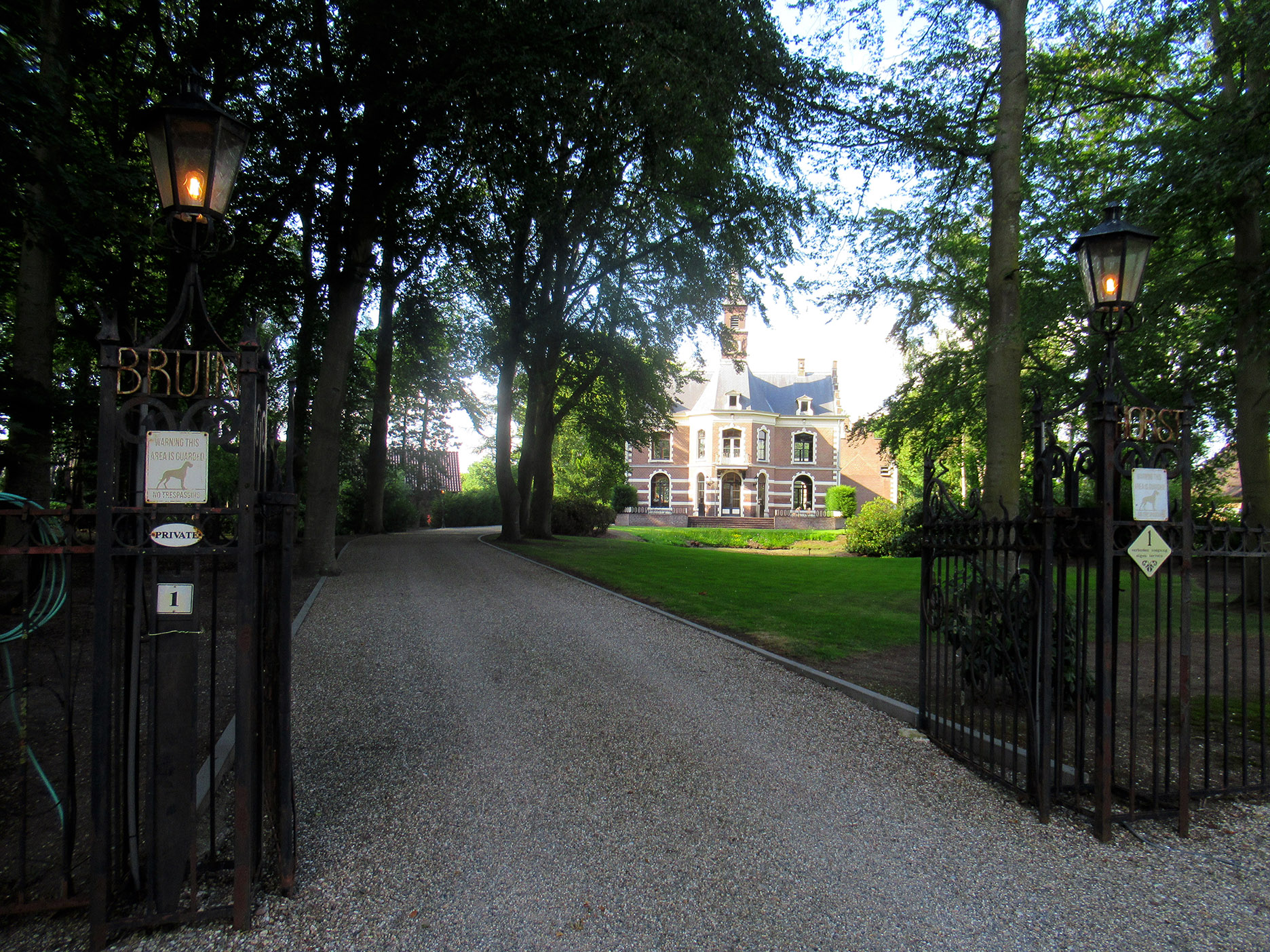 Het toegangshek naar kasteel Bruinhorst in Ederveen - Foto: ©Louis Fraanje