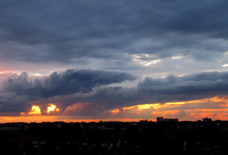 Vooral die twee grote openingen onder in de donkere wolkenband leken wel twee enorme ogen - Foto: © Louis Fraanje
