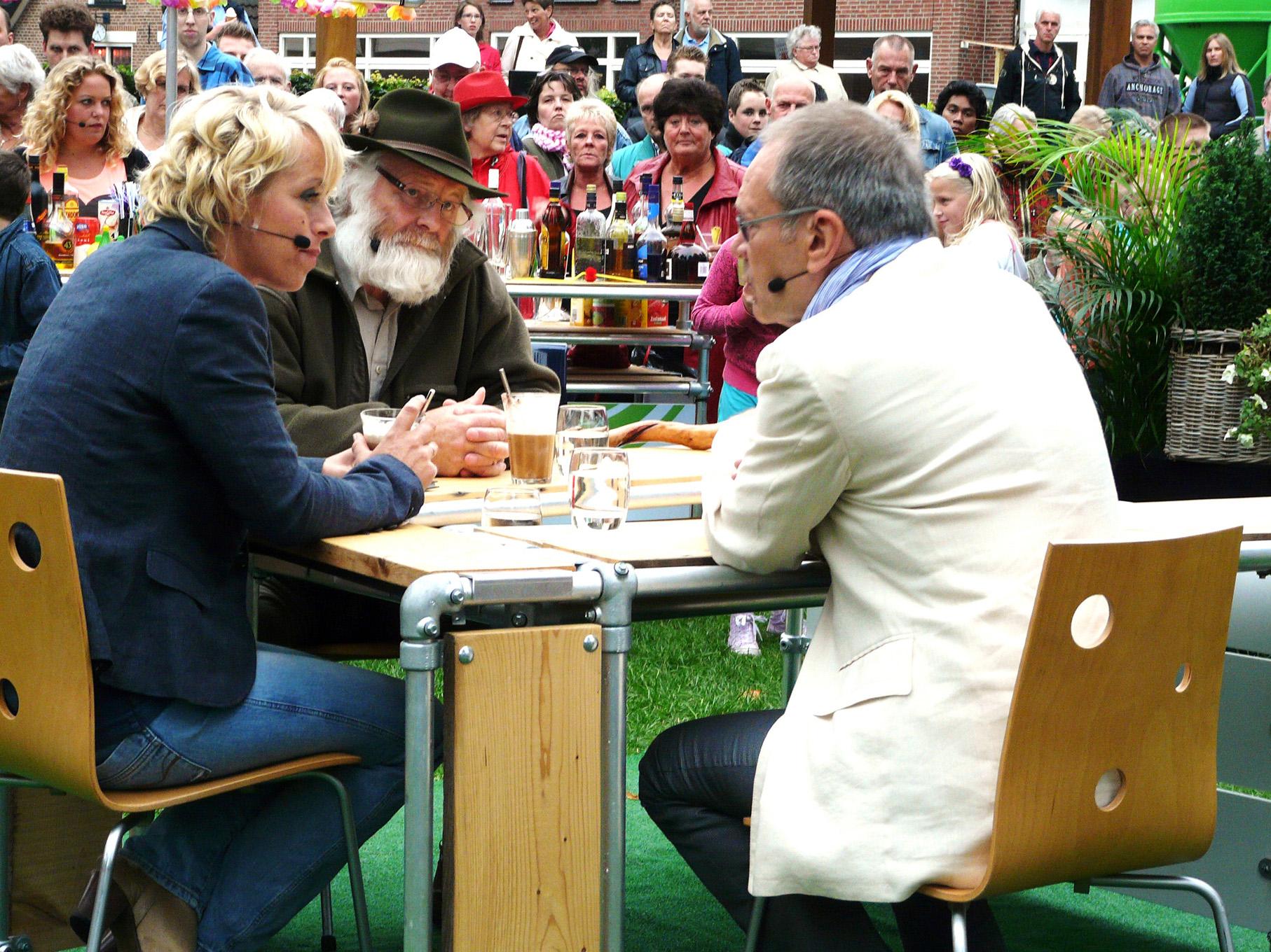 Presentatrice Angelique Krüger aan tafel met Louis Fraanje en Rob de Nijs - Foto: Fransien Fraanje