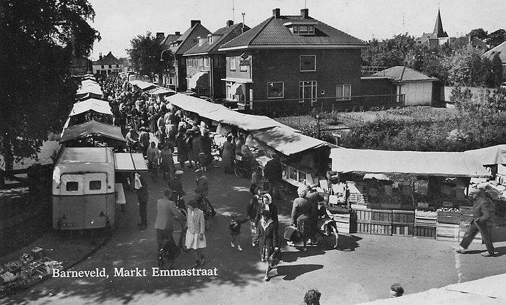De Emmastraat zo rond 1960 met rechts de winkel van Foto Nieuwstad met daarachter het witte fotohuisje - Foto: Archief Fraanje