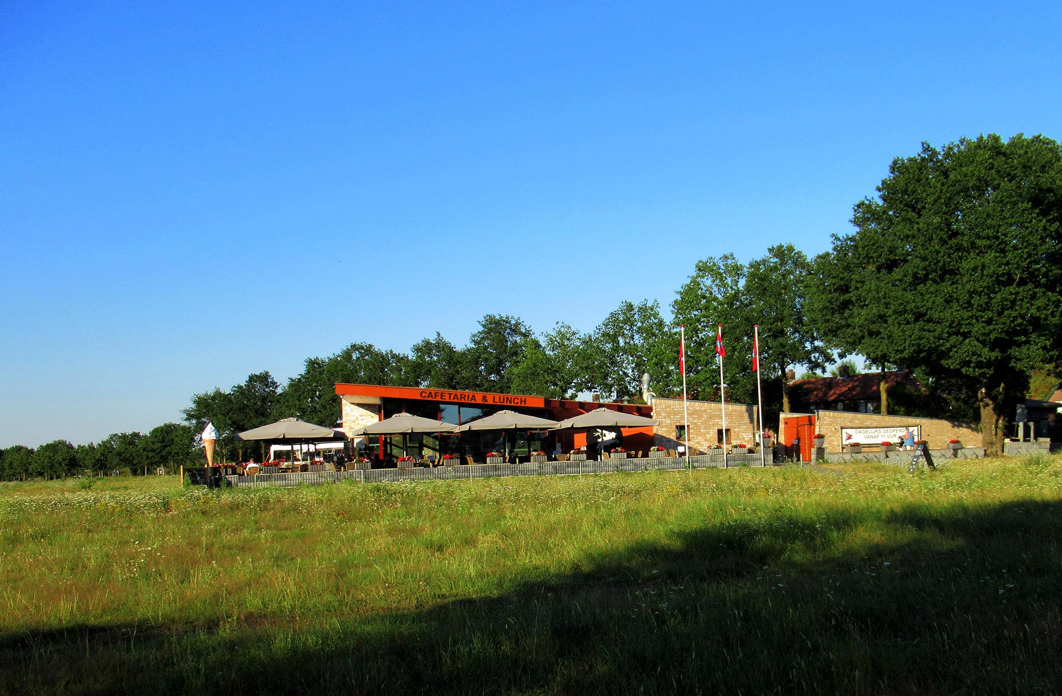 Vlakbij de rotonde rechts bij Eethuis Airborne eten we een lekker ijsje - Foto: ©Louis Fraanje