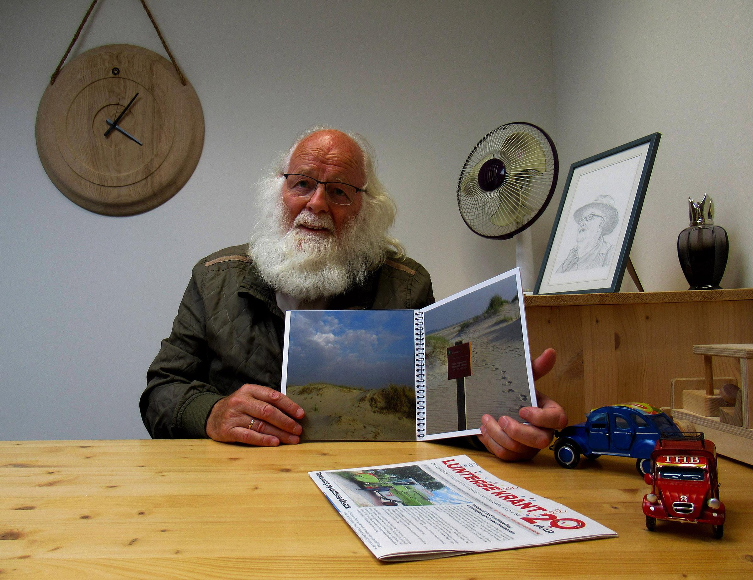 Louis heeft zojuist het bewuste boekwerk in ontvangst genomen - Foto: ©Fransien Fraanje