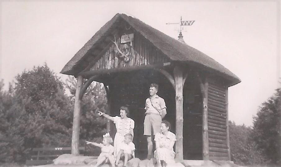 De familie Stel voor de Hessenhut bovenop de Goudsberg bij Lunteren - Foto: Archief Familie Stel