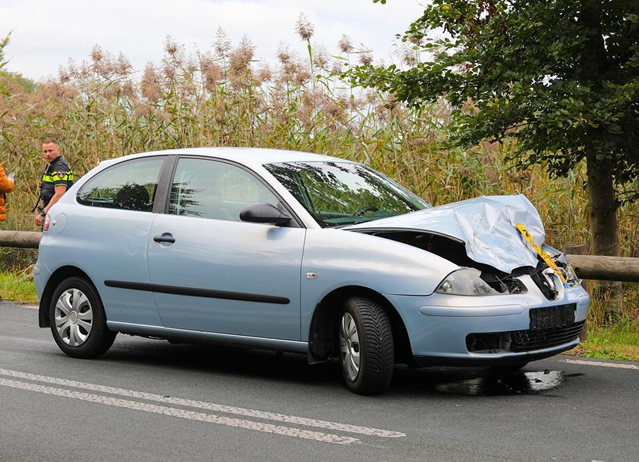 De auto heeft bij het ongeval flinke schade opgelopen - Foto: ©Luciano de Graaf