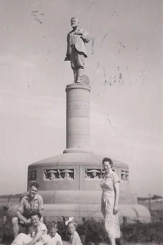 """Het monument van de boerengeneraal Christiaan de Wet op het Otterlose Zand, dat enige gelijkenis vertoont met het """"Veldt"""" van Zuid-Afrika."""