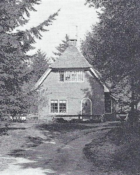 Het huis van de jachtopziener (gebouwd in 1936).