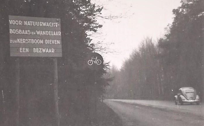 Mijn vader maakte een foto van zo'n bord langs de weg - Foto: Archief Henk Stel