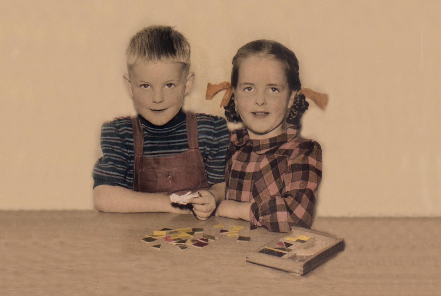 De kleine Louis met zijn zus Betsie op de Kleuterschool in Barneveld - Foto: ©Archief Louis Fraanje
