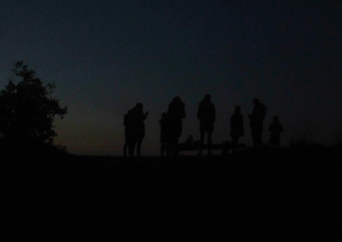 De Zeeuwse familie staat in het donker op het heuveltje bij de Asselse Heide – Foto: ©Louis Fraanje
