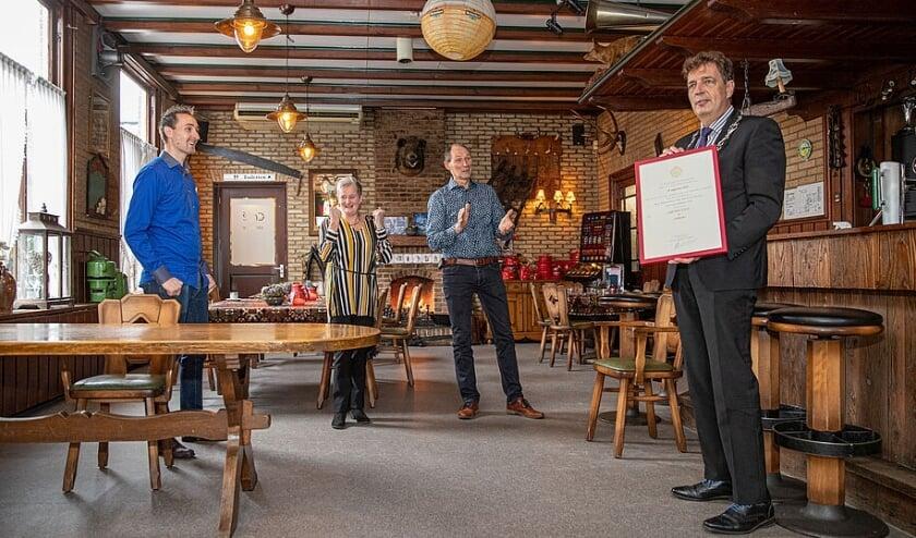 Burgemeester René Verhulst van Ede reikt Predicaat Hofleverancier uit aan de Familie Floor - Foto: ©Gemeente Ede