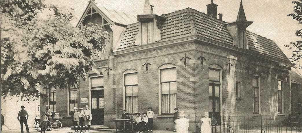 Het oude Hotel Floor aan de Dorpsstraat in Lunteren - Archieffoto