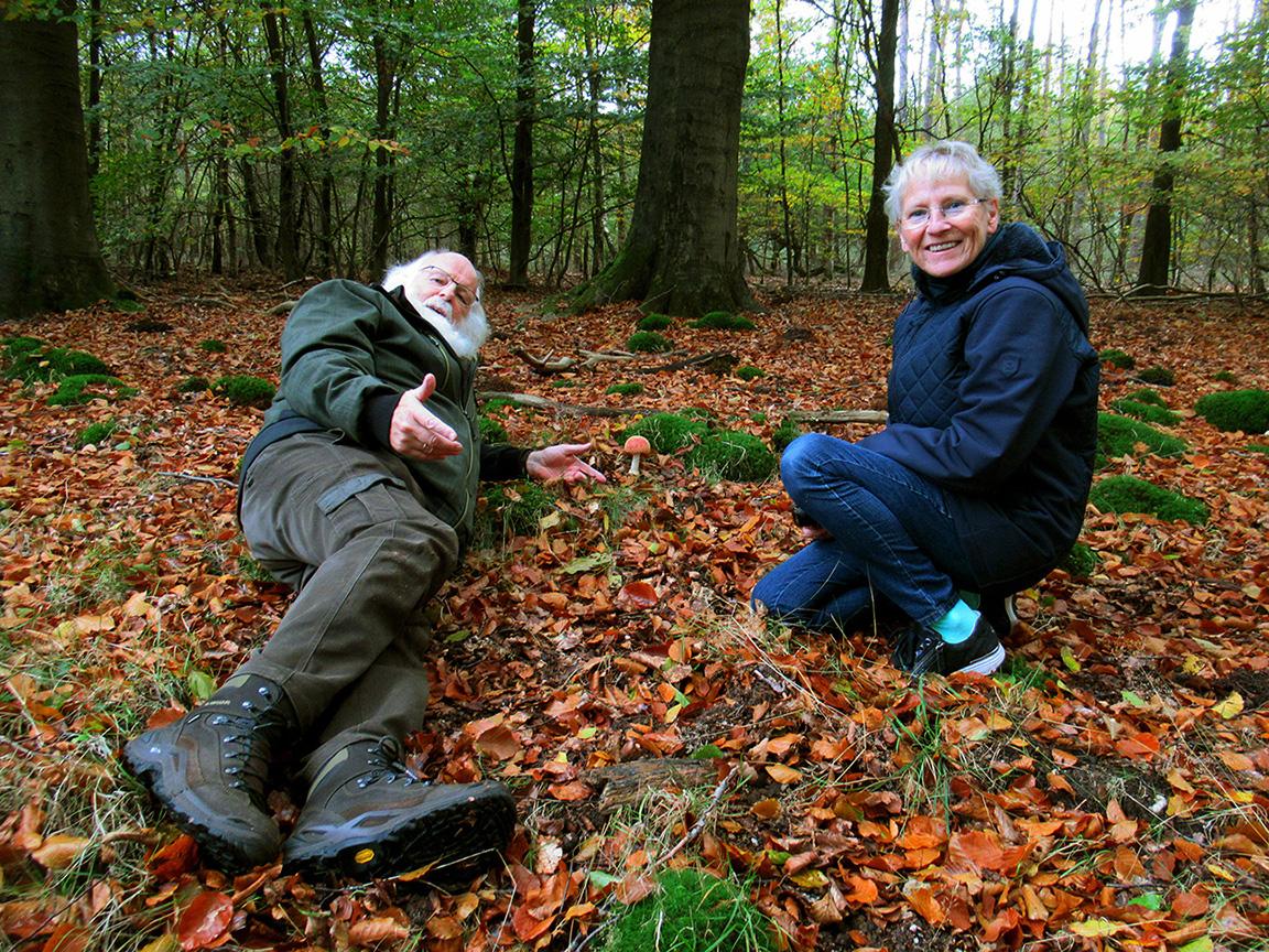 Louis en Fransien Fraanje op laag niveau bij de paddenstoelen - Foto: Liesbeth Hoogstraten