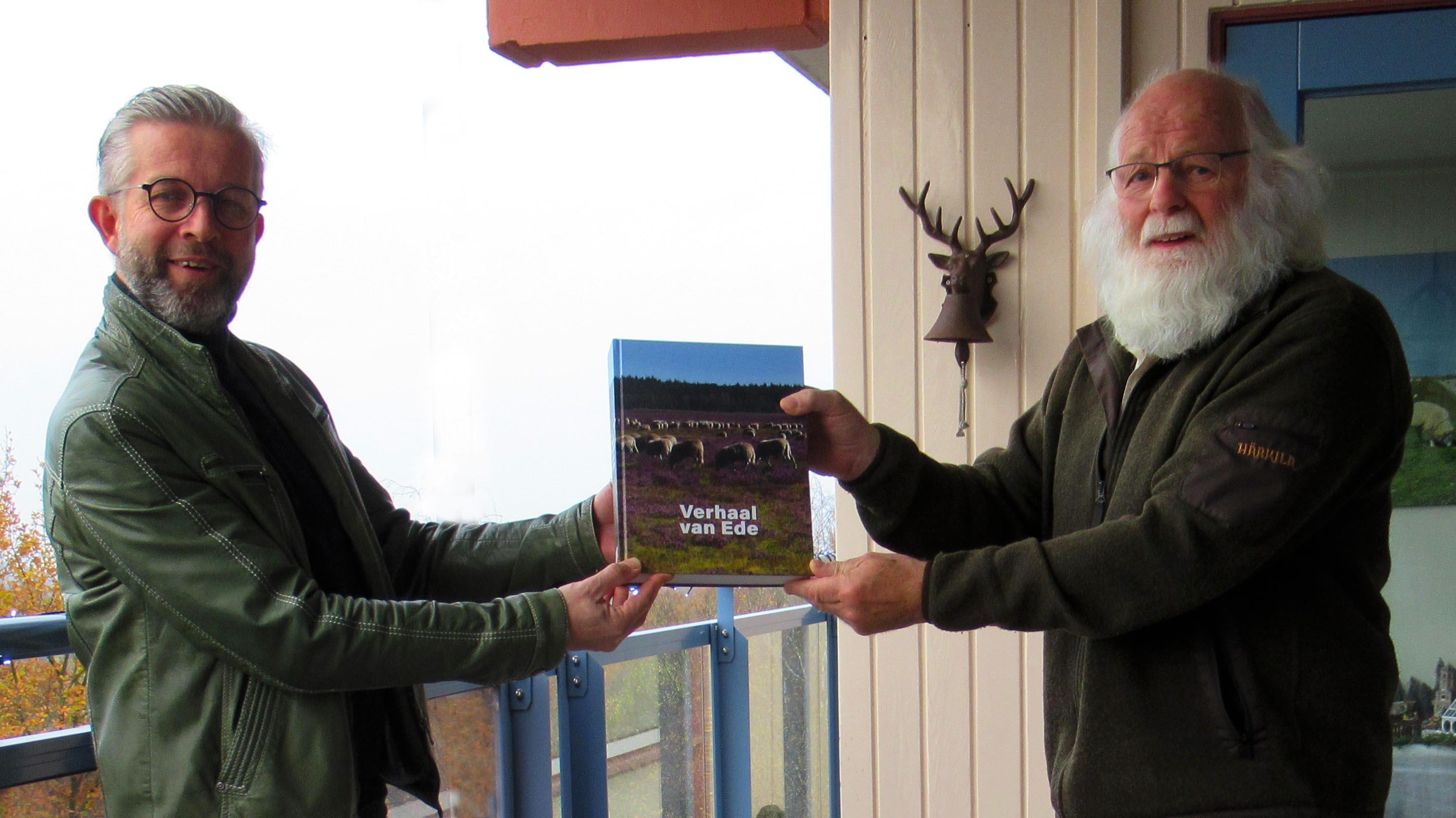 Louis Fraanje krijgt het nieuwe boek persoonlijk overhandigd door auteur Peter van Beek - Foto: ©Fransien Fraanje -
