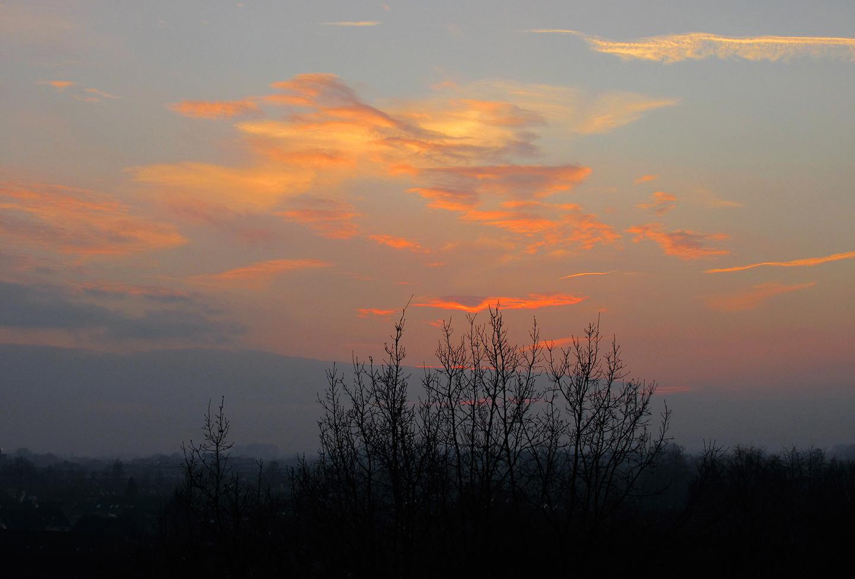 Dan neemt deze laatste dag van het jaar met een kleurrijke avondhemel afscheid van ons - Foto: ©Louis Fraanje