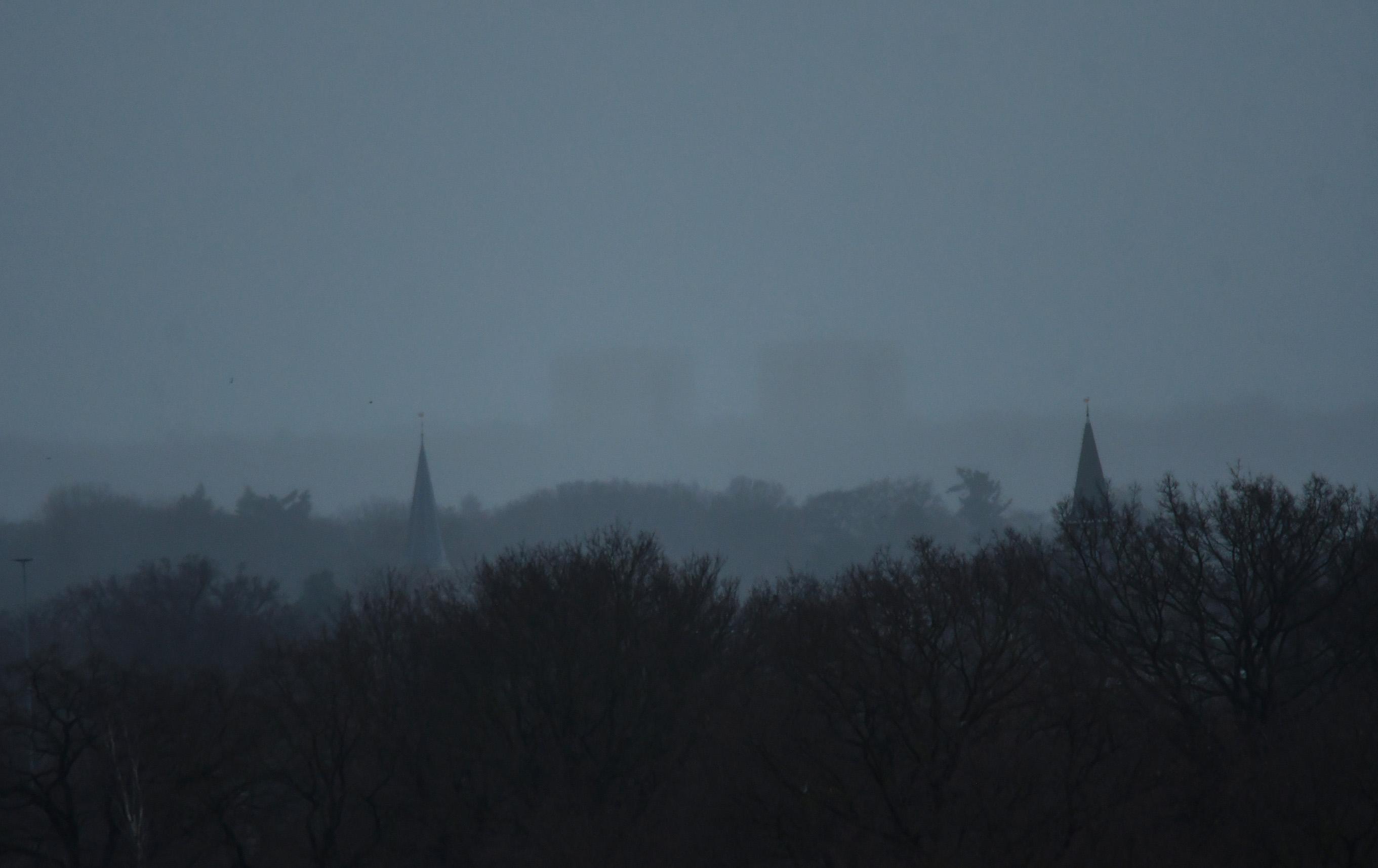 Met links de torenspits van de Oude kerk en rechts de Brinkstraatkerk - Foto: ©Louis Fraanje