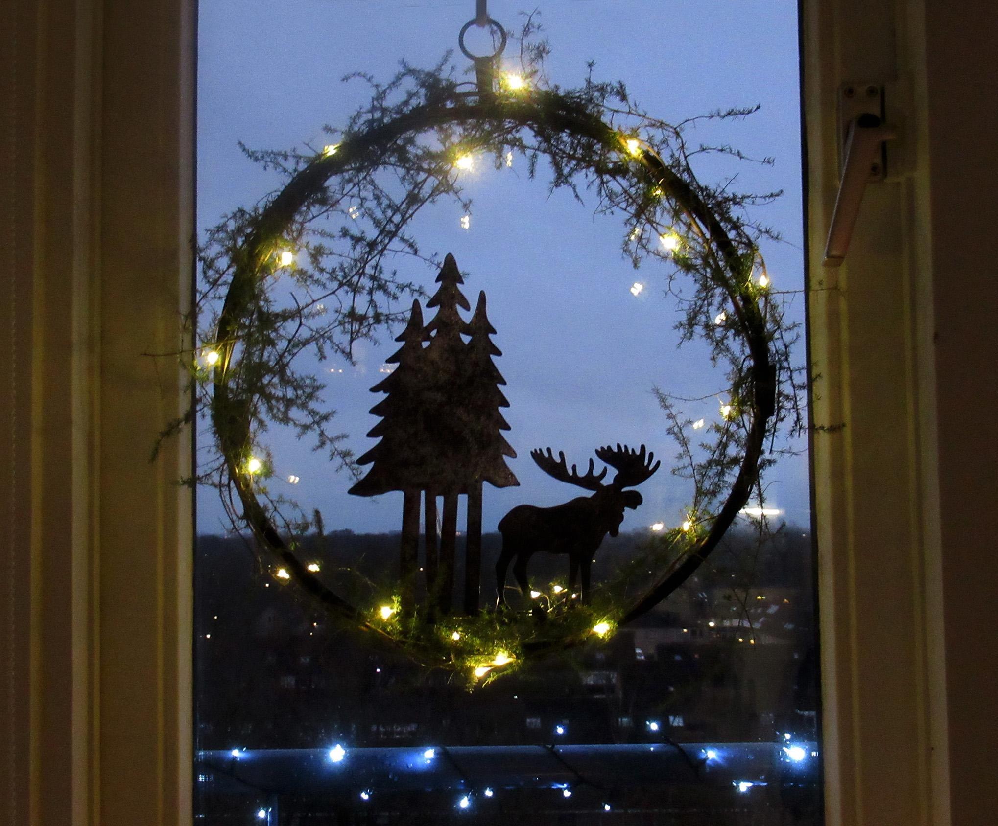 De Kerstkrans hangt nu voor het raam in onze woonkamer - Foto: ©Louis Fraanje