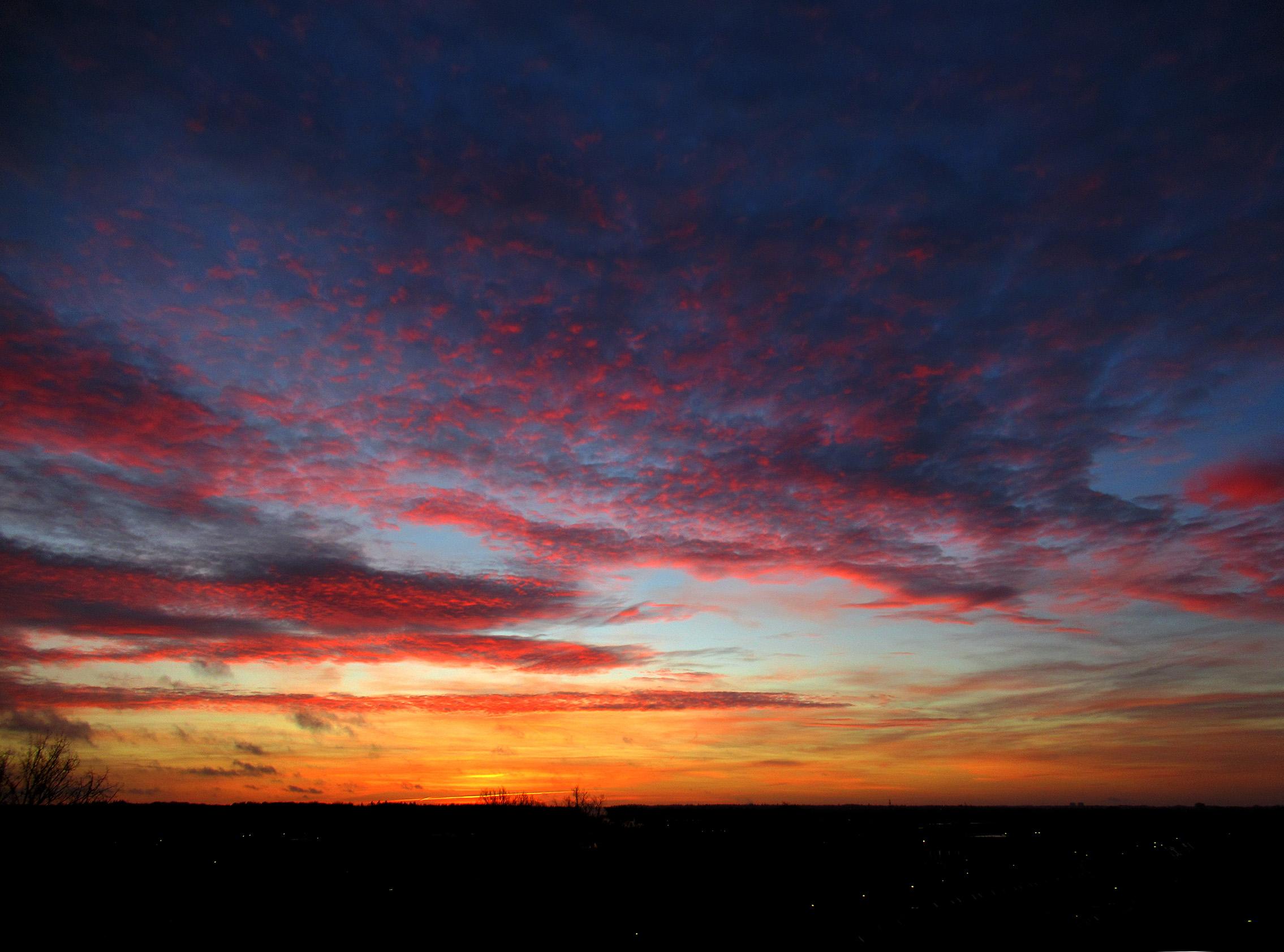 Vanmorgen een schitterend ochtendgloren buiten in het veld - Foto: ©Louis Fraanje