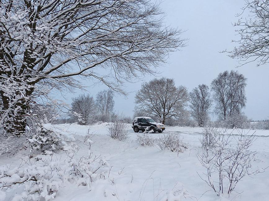 De jeep hebben we achtergelaten in de eenzaamheid van een wit bedekte Veluwe - Foto: ©Louis Fraanje
