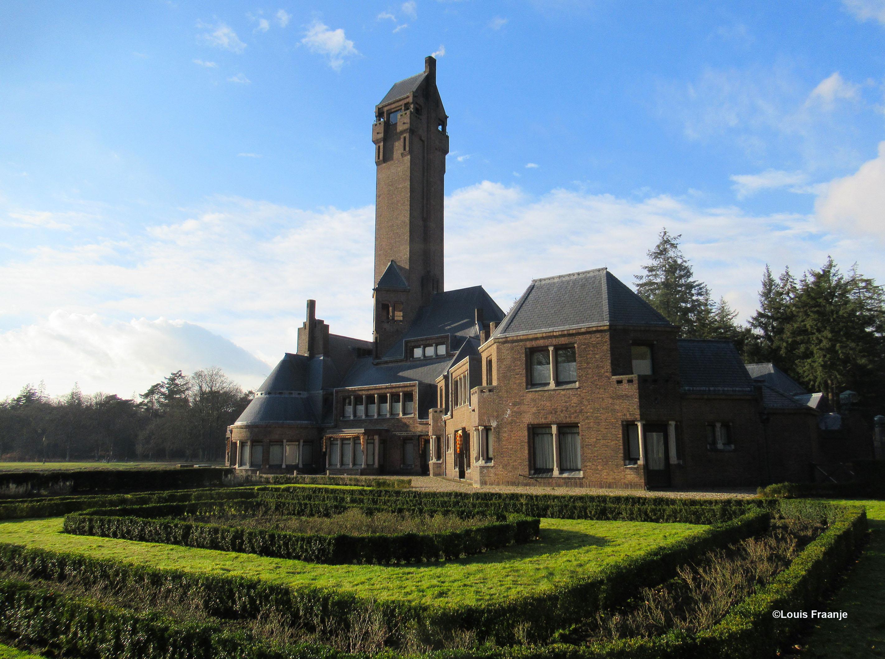 Het Jachthuis Sint Hubertus aan de zuidkant met de tuin - Foto: ©Louis Fraanje