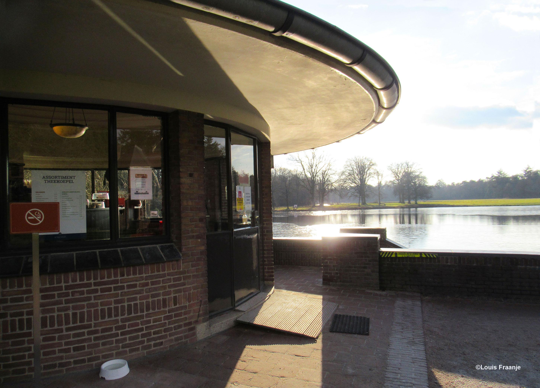 De theekoepel naast het Jachthuis met het zicht op de grote vijver - Foto: ©Louis Fraanje